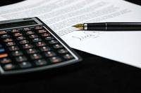 zdjęcie poglądowe - kalkulator, pióro i zapisana kartka papieru