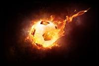 Obraz: czarne tło, pośrodku którego znajduje się płonąca piłka.