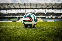 Piłka leżąca na murawie stadionu